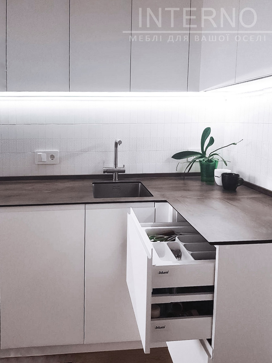 Small kitchen by Interno mebli